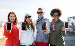 Smiling friends showing blank smartphone screens Royalty Free Stock Photos