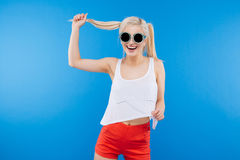Smiling funny woman in sunglasses Royalty Free Stock Photography