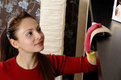 Smiling girl cleaning the house Royalty Free Stock Photos