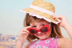 Smiling girl with straw hat and sunglasses Stock Photography