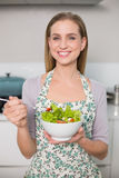 Smiling gorgeous model holding salad bowl Royalty Free Stock Photos