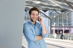 Smiling handsome young man talking on cell phone Royalty Free Stock Photos