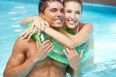 Smiling happy couple in pool Royalty Free Stock Photography