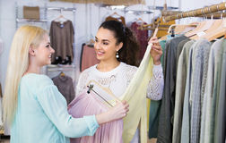 Smiling happy young women shopping Royalty Free Stock Photos