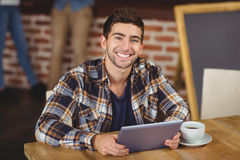 Smiling hipster using tablet computer Royalty Free Stock Photos