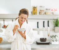 Smiling housewife having healthy breakfast in kitchen Royalty Free Stock Photography
