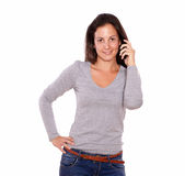 Smiling lady talking on cellphone looking at you Royalty Free Stock Photos