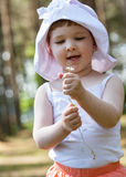 Smiling little girl holding a daisy Royalty Free Stock Photography