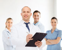 Smiling male doctor with clipboard Royalty Free Stock Photography