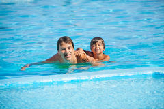 Smiling man with boy in swimming pool Royalty Free Stock Photos