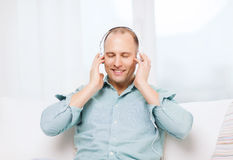 Smiling man with headphones listening to music Royalty Free Stock Photos