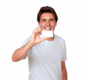Smiling man holding a blank business card Royalty Free Stock Photos