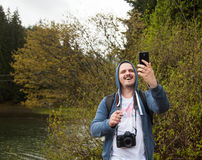 Smiling man holding his smartphone Royalty Free Stock Photography