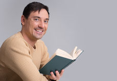Smiling man reading a book Royalty Free Stock Photography