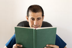 Smiling man reading a book Royalty Free Stock Images
