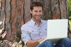 Smiling man using laptop Royalty Free Stock Photography