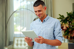 Smiling man using tablet computer Royalty Free Stock Photos