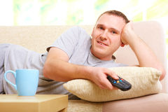 Smiling man watching television Royalty Free Stock Photography