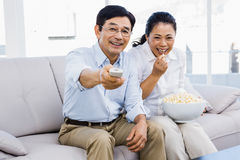 Smiling man and woman sitting on couch Royalty Free Stock Photos