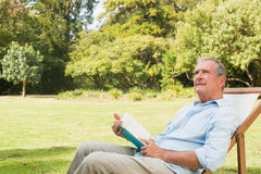 Smiling mature man holding a book Royalty Free Stock Photos