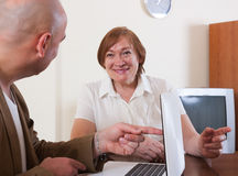 Smiling mature woman discussing Royalty Free Stock Photos