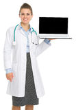 Smiling medical doctor woman showing laptop Royalty Free Stock Photos