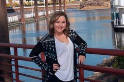 Smiling modelo femenino adolescente a lo largo de la orilla del río Fotos de archivo