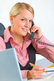 Smiling modern business woman talking on phone Royalty Free Stock Photography
