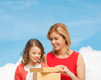 Smiling mother and daughter with gift box Royalty Free Stock Images