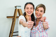 Smiling mother and daughter with thumbs up Royalty Free Stock Photography
