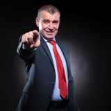 Smiling old business man pointing his finger Royalty Free Stock Photos