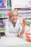 Smiling pharmacist showing medication Royalty Free Stock Photography
