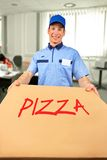 Smiling pizza delivery man holding pizza box Royalty Free Stock Photos