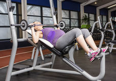 Smiling pregnant woman lifting barbell Royalty Free Stock Images