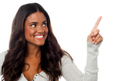 Smiling pretty woman pointing away Royalty Free Stock Photography