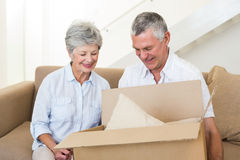 Smiling senior couple moving into new home Royalty Free Stock Photos
