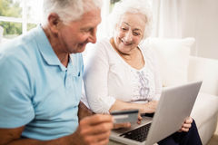 Smiling senior couple using laptop Royalty Free Stock Images