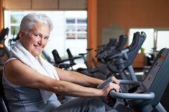 Smiling senior woman in gym Royalty Free Stock Images