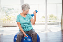 Smiling senior woman holding dumbbell Royalty Free Stock Images