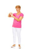 Smiling senior woman holding jar of pills Royalty Free Stock Images