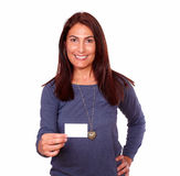 Smiling senior woman holding up a blank card Royalty Free Stock Photos