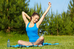Smiling sport fitness model outside Royalty Free Stock Images