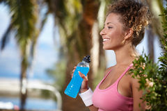 Smiling sporty woman with bottle of water Royalty Free Stock Photography