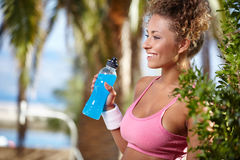 Smiling sporty woman with bottle of water Royalty Free Stock Images