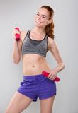 Smiling sporty woman holding weights Royalty Free Stock Photography