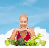 Smiling sporty woman with organic food Royalty Free Stock Photography