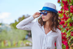 Smiling summer woman with hat and sunglasses Royalty Free Stock Photos