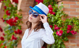 Smiling summer woman with hat and sunglasses Royalty Free Stock Images