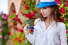 Smiling summer woman with hat and sunglasses Royalty Free Stock Photo