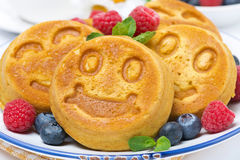 Smiling tasty corn pancake with berries, close-up Royalty Free Stock Photos